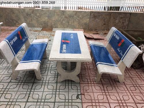 bàn ghế đá in logo trắng xanh dương