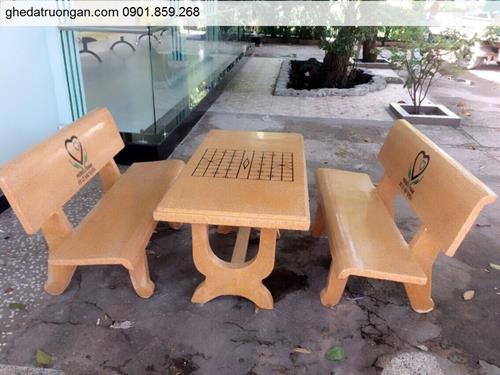 Bộ bàn ghế đá ngoài trời đẹp màu vàng.