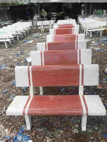 Ghế đá sân vườn trắng đỏ