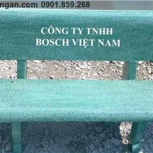 ghế đá công viên màu xanh in chữ logo công ty