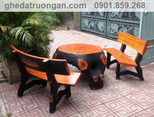bàn ghế đá giả gỗ kê ngoài sân