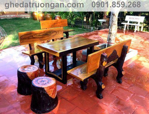 bàn ghế đá giả gỗ sơn phủ bóng sáng