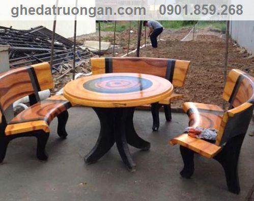 bàn ghế đá kê trên sân thượng