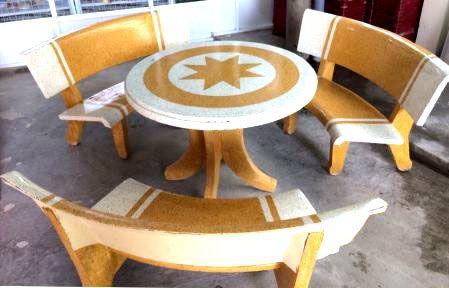 bàn ghế đá mài tròn trắng vàng