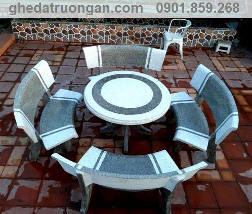bàn ghế đá tròn bốn ghế trắng xám